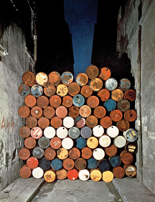 Christo und Jeanne-Claude, Wall of Oil Barrels - The Iron Curtain, Rue Visconti, Paris, 1961-62 // Foto: Jean-Dominique Lajoux // © 1962 Christo