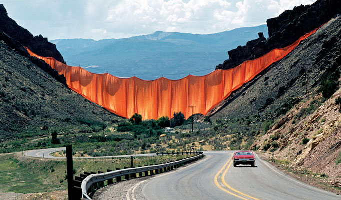 Christo und Jeanne-Claude, Valley Curtain, Rifle, Colorado, 1970-72 // Foto: Wolfgang Volz // © 1972 Christo