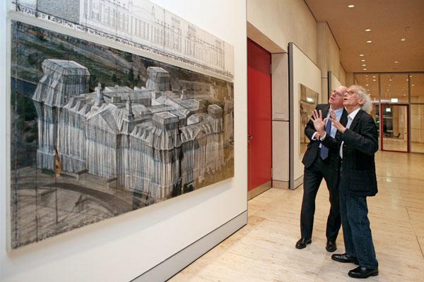 Bundestagspräsident Norbert Lammert und Christo während der Eröffnung der Ausstellung am 25. November 2015 // Foto © DBT/Jens Liebchen