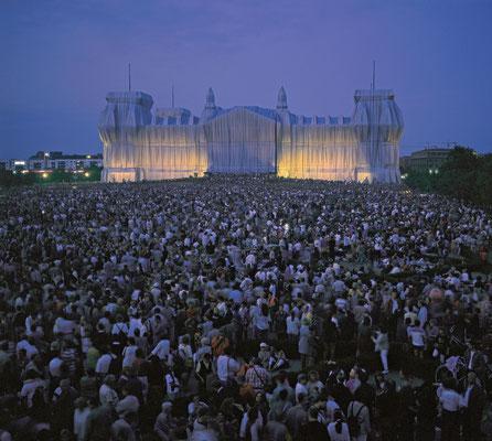 Christo und Jeanne-Claude, Verhüllter Reichstag, Berlin, 1971-95 // Foto: Wolfgang Volz