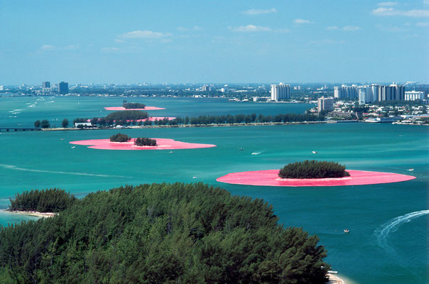 Christo und Jeanne-Claude, Surrounded Islands, Biscayne Bay, Greater Miami, Florida, 1980-83 // Foto: Wolfgang Volz // © 1983 Christo