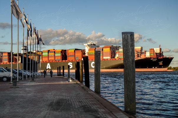 Containerschiff vor Stader Sand