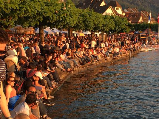 Lange Zeit war Regen und zur Zuger Gluscht kamen die ersten Sonnenstrahlen. Die Gäste genossen genussvoll die warme Abendsonne an der Seepromenade