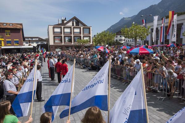 """Sonntag: Standkonzert der """"The Princely Liechtenstein Tattoo"""" am Lindaplatz inmitten des Gluscht Marktes"""
