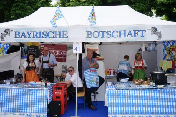 Die Bayerische Botschaft in Zug wurde aus extra angereisten Waldershofern/Bayern mit dem www.schaffnerlos.de betrieben. Zudem mit dem Münchner Urgestein Kurt Kerscher mit seiner fleissigen Partnerin Helga, die original Münchner Weisswürste herstellten!