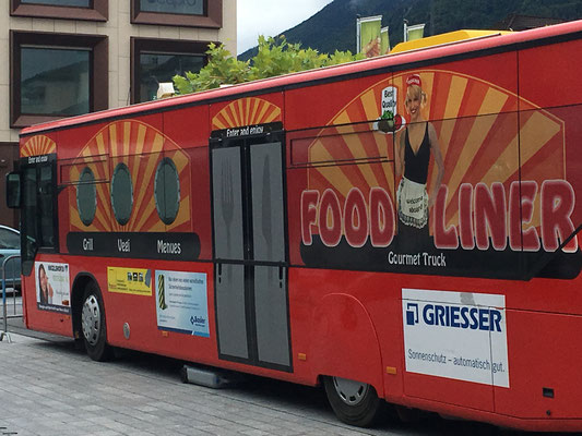 Foodbus des Vereins Gluscht Schweiz mit saftigem Fleisch und Würsten für die Gäste