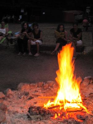 Den Tag am Lagerfeuer ausklingen lassen
