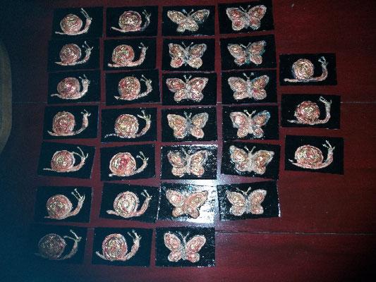 De tweede zending (rechts) bestond uit slakken en vlinders, beschilderd met vissengoud rood en bladgoud (in dit geval imitatie)