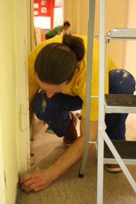 Renovierungsarbeiten im Gertrudisturm in Gemeinde St. Gertrud - Mitarbeiter einer Firma engagieren sich freiwillig einen Tag lang und spenden zu ihrer Arbeitskraft notwendige Materialien (2018)