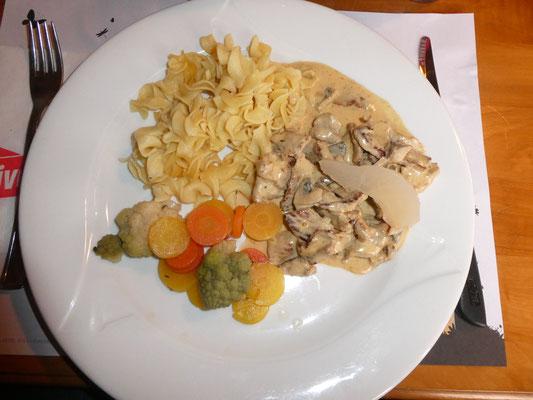 Hauptgang: Geschnetzeltes mit Nudeln, Pommes frites und Gemüse