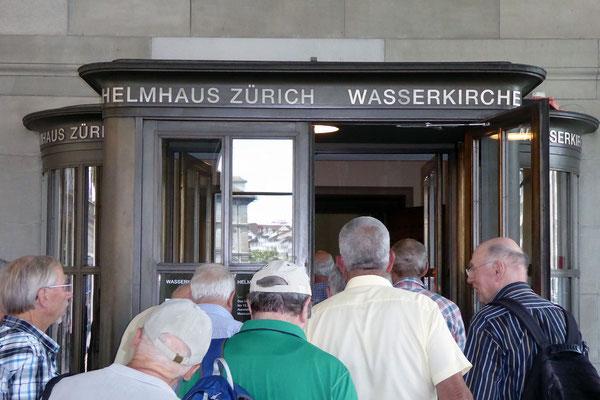 Wasserkirche, Eingang