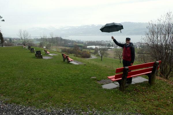 Chlapf salutiert mit Schirm.