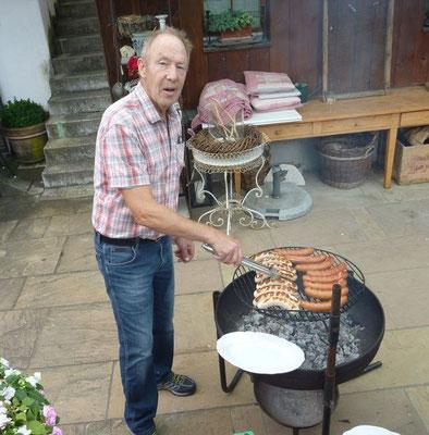 Vino beim Fleisch aufbereiten, das angeblich bei Juttas Menu fehle ...