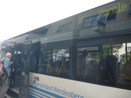 Piper beim Besteigen des Bus Richtung Kurhaus Voralp