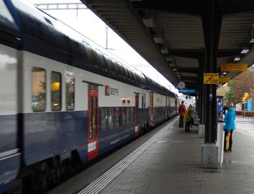 Bahnhof Pfäffikon/ZH - Ankunft der S3 von Wetzikon mit Anlieferung Chlapf