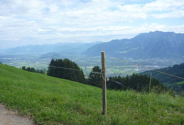 Ausblick ins Rheintal. Rechts hinten der Fürstengangsteig.