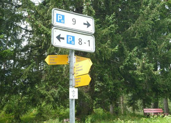 Überall gebührenpflichtige Parkplätze.