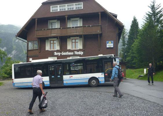 Nach dem Wendemanöver stürmen Mig, Bison, Pegel und der Fotograf den Bus