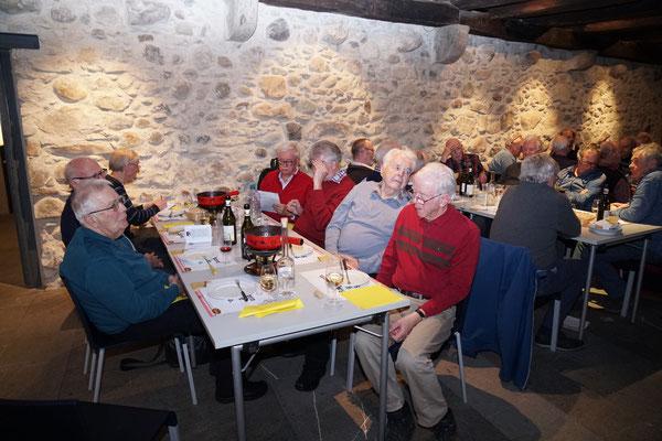 Am Tisch vorne: Chnopf, Zech, Goliath; Kanu, Pegel, Jump, Gin.