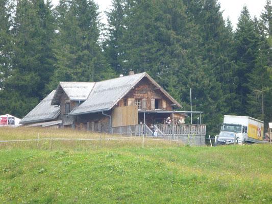 Letzter Blick auf das Skihaus mit dem grossen Zeltanbau.
