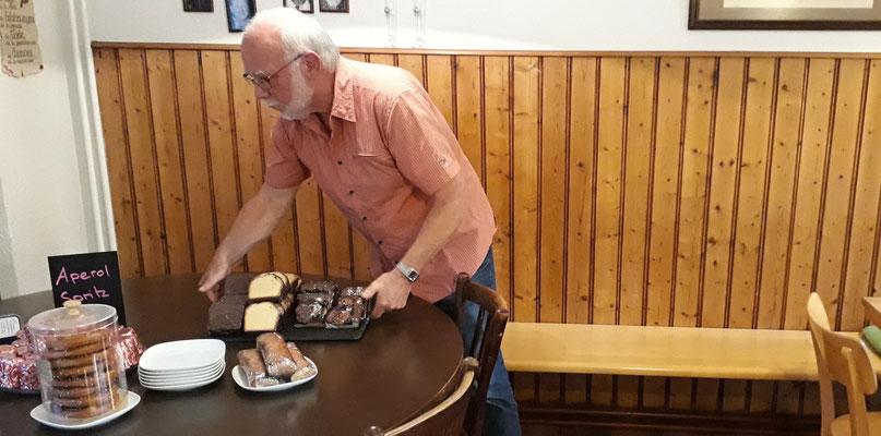 Rugel beim Dessert-Service