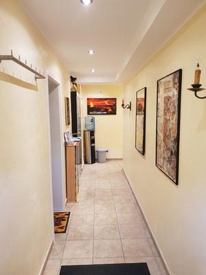 """Eingangsbereich in die Räumlichkeiten von """"ohneFarbe"""" und """"Franky's House of Art""""."""