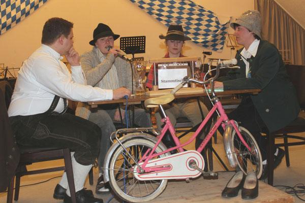 """Der Stammtisch """"Zum lustigen Musikanten"""", gespielt von Thomas Metschl, Stephanie Linder, Johanna Kustermann und Kathrin Bermann (von links)."""