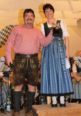 Bürgermeister Erwin Karg erhält die symbolische erste Maß Starkbier.