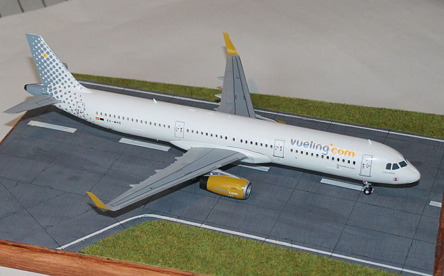"A 321 "" EC-MHS "" Vueling Airlines   Revell    1 / 144 -2"