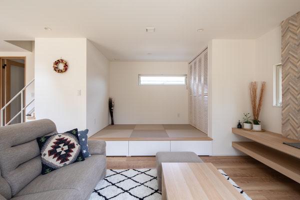 リビング横の小上がり和室。来客時に寝室として使ってもらったり、洗濯物を畳んだりと何かと便利です。