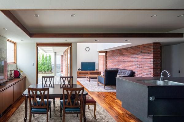 開放的なリビングに対して、キッチンとダイニングはあえて天井を低くすることで空間にメリハリを演出しました。