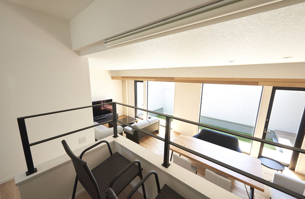 中二階からはリビングや中庭が一望できます。もちろん中二階の下は大容量の収納スペースです!