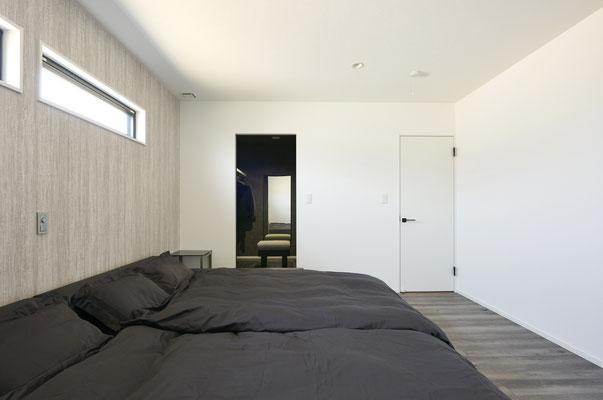 寝室。奥のWICは黒をベースに設えてあり、まるでお店のような雰囲気です。