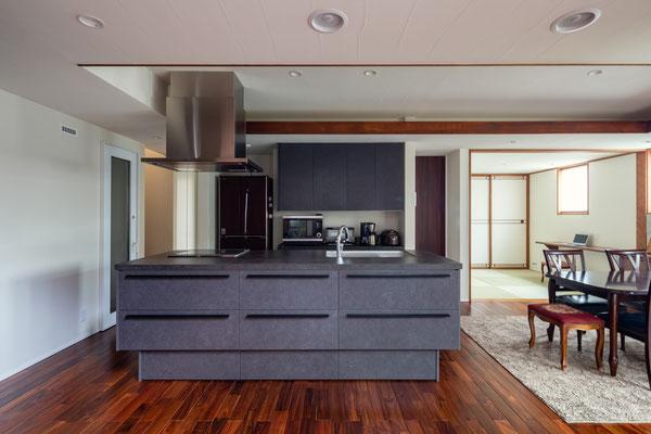 キッチンはお手入れが簡単なセラミックトップのアイランドキッチンを採用。