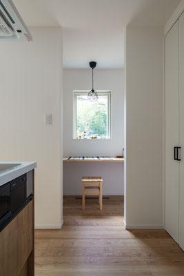 キッチン右側にはパントリー兼奥様のスペースが!ちょっと休憩したり読書をしたりするのにいいですね♪