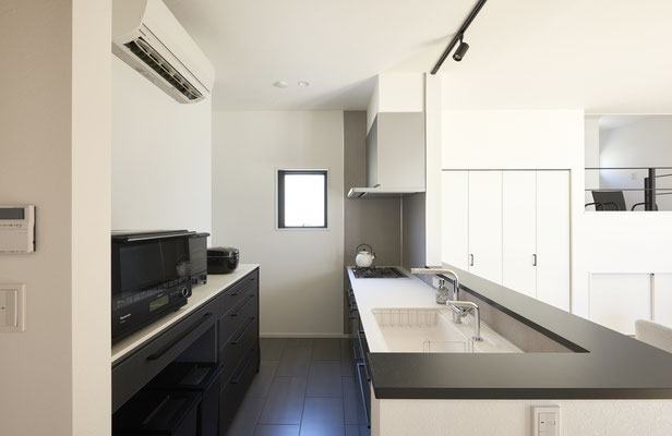 黒とダークグレーで統一されたキッチンからはすべてが見渡すことができます。