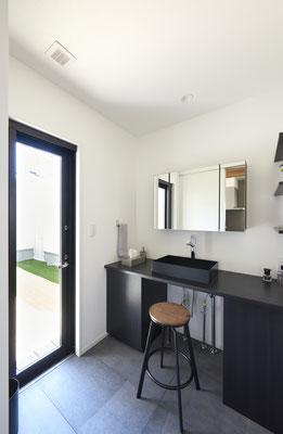 珍しい黒で揃えた洗面台。モダンなデザインでホテルライクを演出。