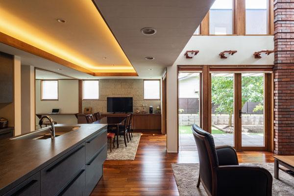 折り下げ天井には間接照明を取り入れました。天井にはスピーカーも設置しお料理時間が楽しくなるように!