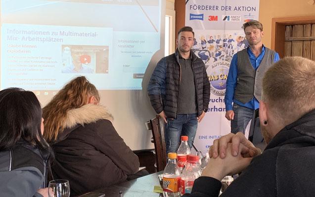 Standox Trainer Enrico Golino stellt sich den Teilnehmern vor