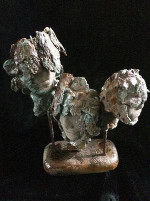 """""""3 têtes sur pierre noire"""". Terre & technique mixte. H41x29x15cm."""