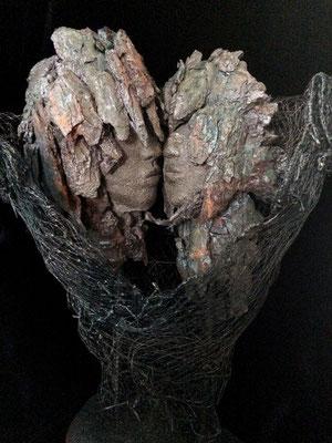 """""""2 têtes au grillage"""". Terre (Paper clay) & technique mixte. H45x30x22 cm."""