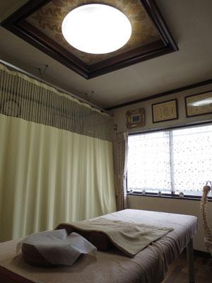 カーテンを引いた状態です。ゆとりをもってお着替えできます。丸い照明も特徴です。