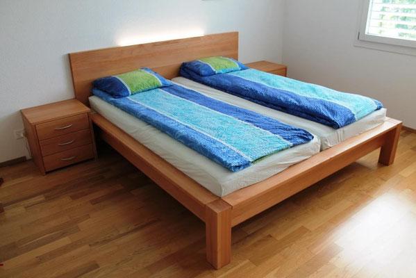 Doppelbett in Buche gedämpft