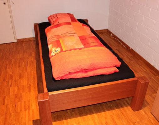 Einzelbett in Buche stark gedämpft