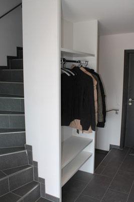 Garderobe in Treppenanlage integriert