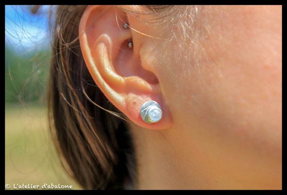 34.Boucle d'oreille puce pierre de lune , Argent massif, 39 euros.