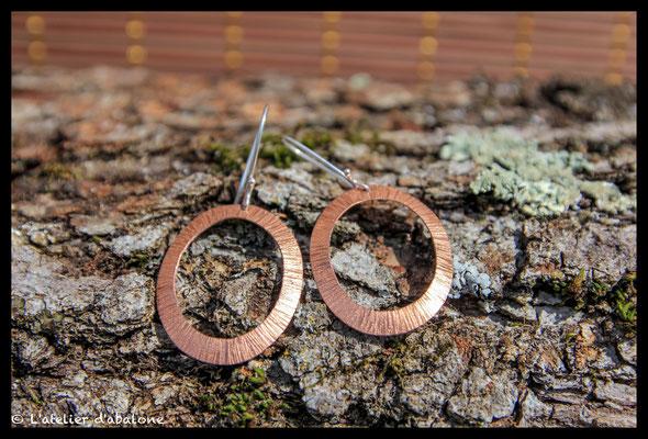77. Boucle d'oreille Cuivre martelé trait , Argent 925, 37  euros