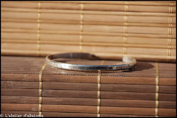 2.Bracelet plat martelé trait oxydé, Argent massif, 54 euros