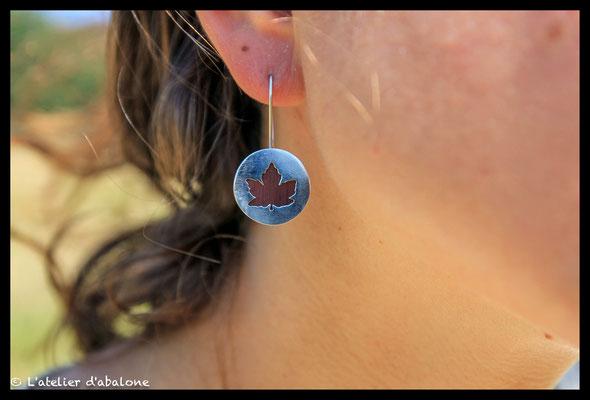 96. Boucle d'oreille feuille érable genévrier , Argent massif, 62 euros.