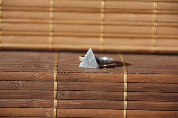 56.Bague triangle plein, Argent 925, 33 euros (martelé, griffé, brossé ou brillant)